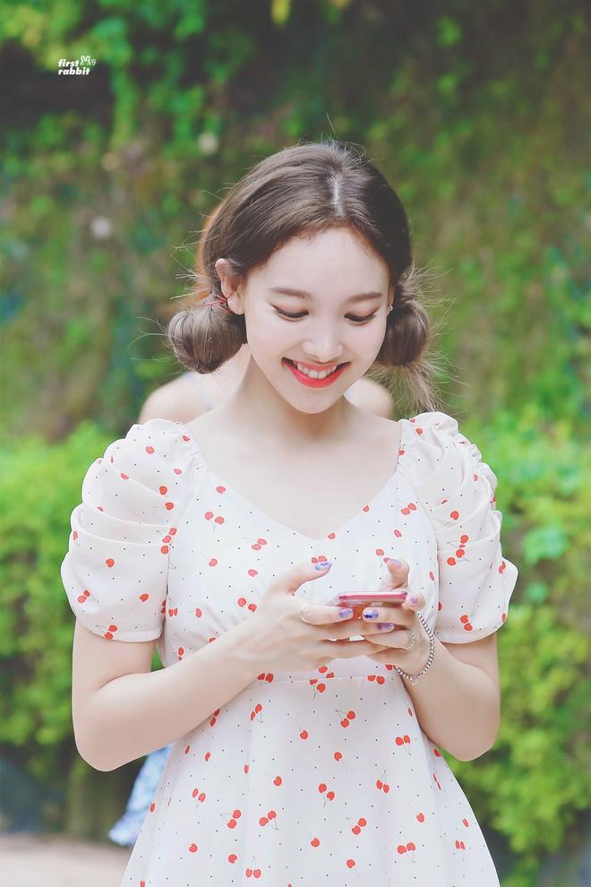 Nayeon mang tâm sự của mọi người con gái: thích kiểu váy gì thì cứ mặc mãi, còn mua hẳn 2 màu cho chắc - Ảnh 2.