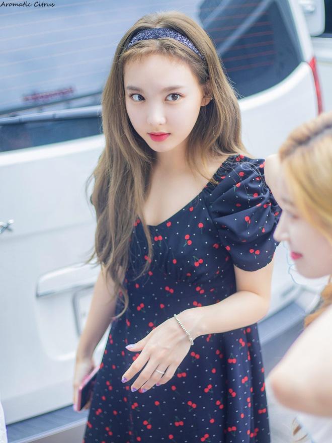 Nayeon mang tâm sự của mọi người con gái: thích kiểu váy gì thì cứ mặc mãi, còn mua hẳn 2 màu cho chắc - Ảnh 5.