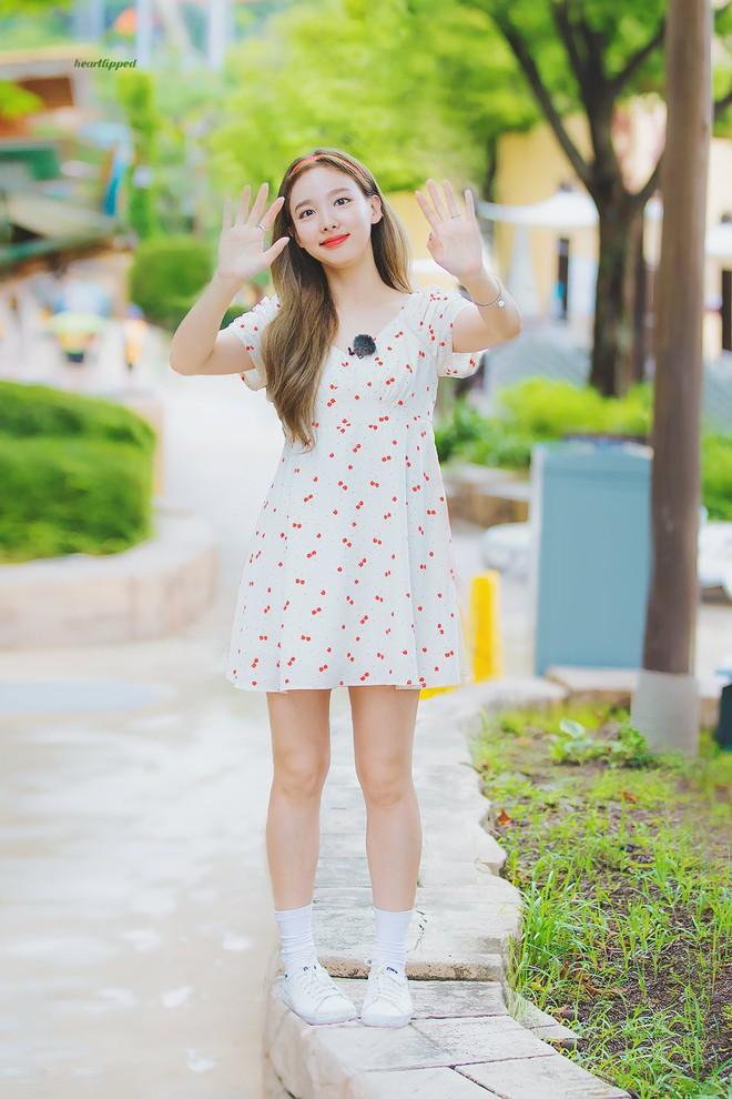 Nayeon mang tâm sự của mọi người con gái: thích kiểu váy gì thì cứ mặc mãi, còn mua hẳn 2 màu cho chắc - Ảnh 4.