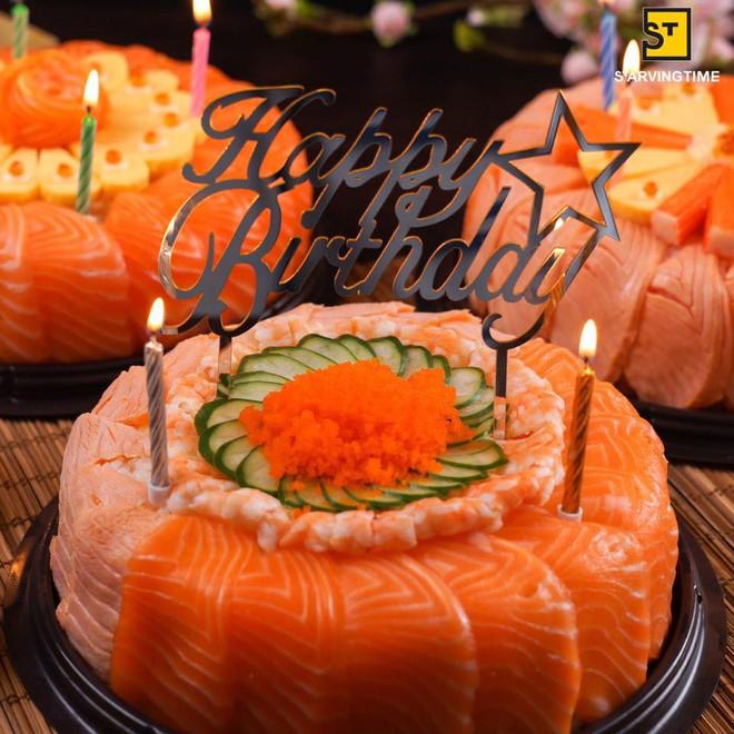 Sinh nhật là phải thổi nến với chiếc bánh gato làm bằng sushi như thế này mới sang - Ảnh 1.