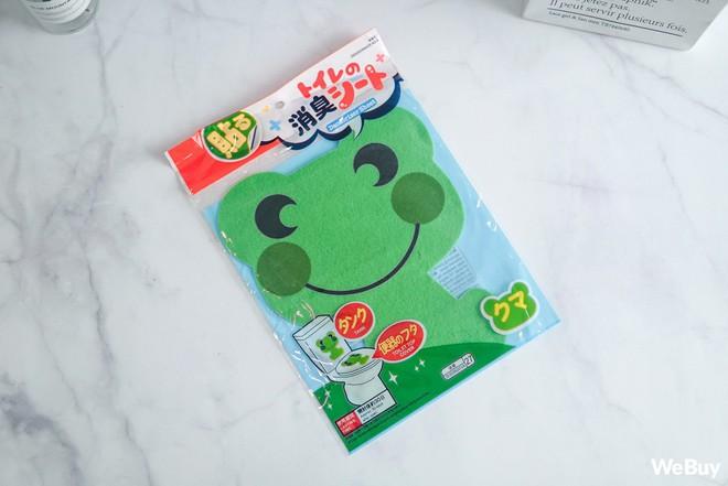 Có ai ngờ miếng dán chú ếch xanh nhìn vô dụng này lại chính là siêu nhân trong lĩnh vực hút mùi - Ảnh 2.