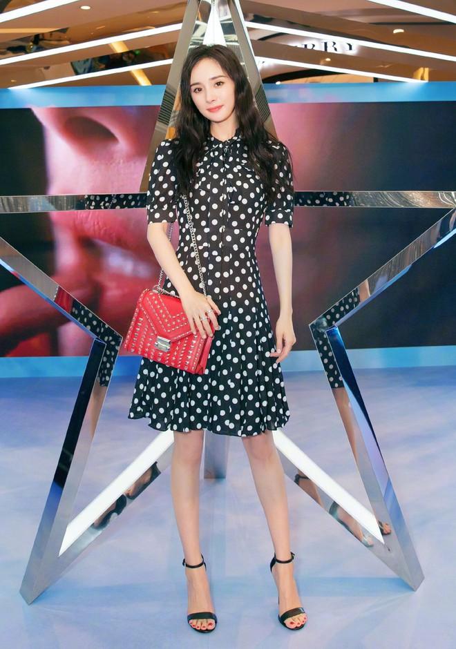 Đẳng cấp của Lisa (Black Pink): Diện lại váy sến từ Dương Mịch mà vẫn được khen như búp bê sống - ảnh 9
