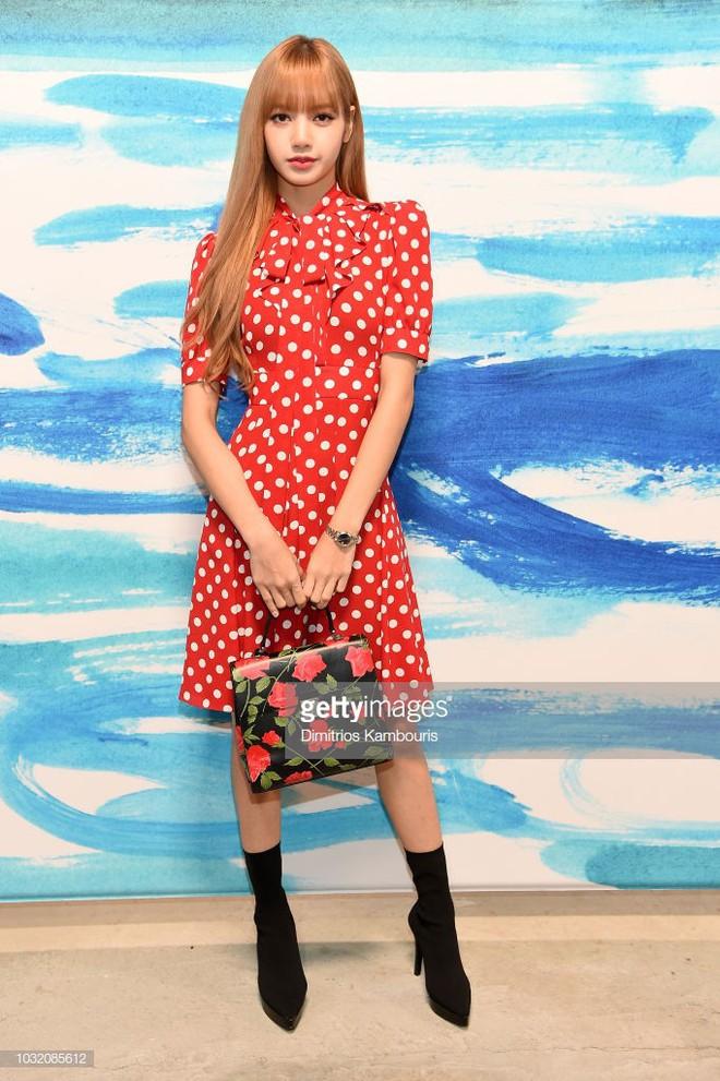 Đẳng cấp của Lisa (Black Pink): Diện lại váy sến từ Dương Mịch mà vẫn được khen như búp bê sống - ảnh 3