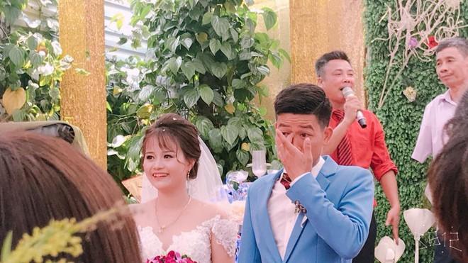 Cảm xúc đối lập của cô dâu chú rể trong ngày cưới khiến nhiều người bật cười: Chú rể xúc động rưng rưng lệ, cô dâu cười tươi như hoa - Ảnh 2.