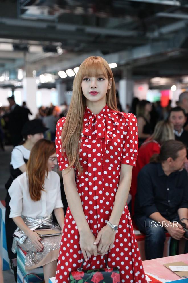 Đẳng cấp của Lisa (Black Pink): Diện lại váy sến từ Dương Mịch mà vẫn được khen như búp bê sống - ảnh 1