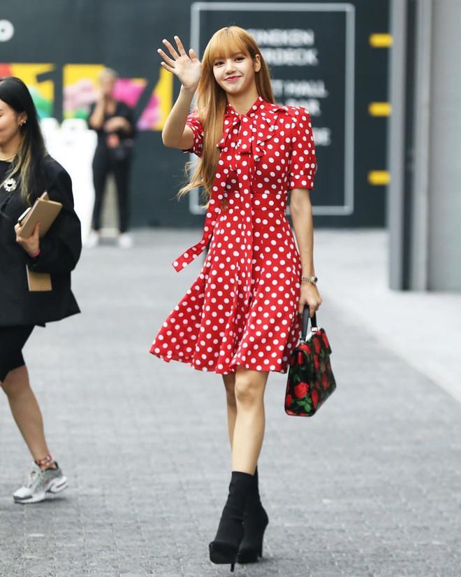 Đẳng cấp của Lisa (Black Pink): Diện lại váy sến từ Dương Mịch mà vẫn được khen như búp bê sống - ảnh 5