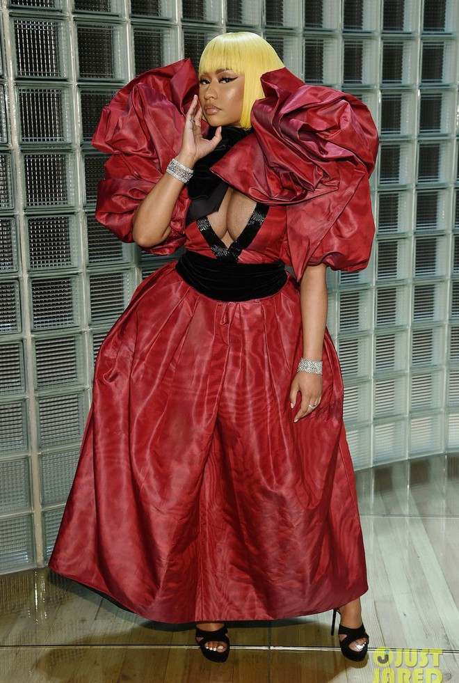 Nicki Minaj vẫn mê khủng bố thị giác bằng vòng 1 khổng lồ trên ghế đầu mọi fashion show - ảnh 1