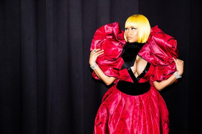 Nicki Minaj vẫn mê khủng bố thị giác bằng vòng 1 khổng lồ trên ghế đầu mọi fashion show - ảnh 2