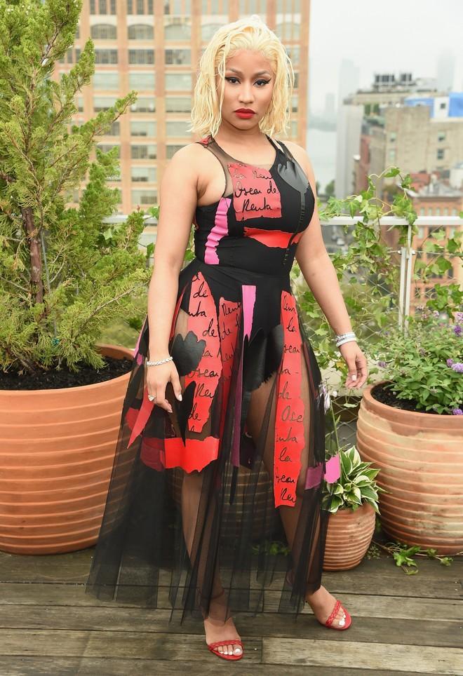 Nicki Minaj vẫn mê khủng bố thị giác bằng vòng 1 khổng lồ trên ghế đầu mọi fashion show - ảnh 7