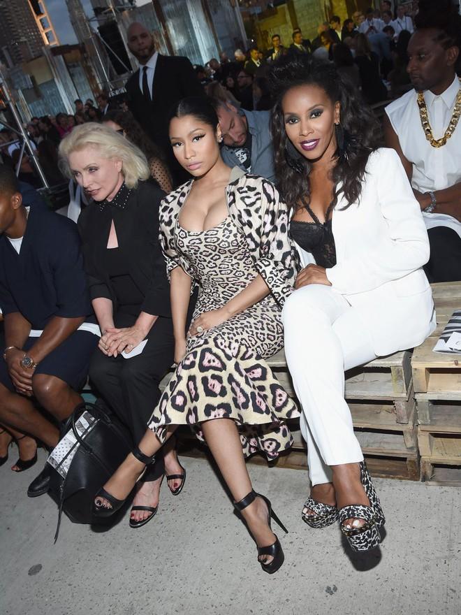 Nicki Minaj vẫn mê khủng bố thị giác bằng vòng 1 khổng lồ trên ghế đầu mọi fashion show - ảnh 14
