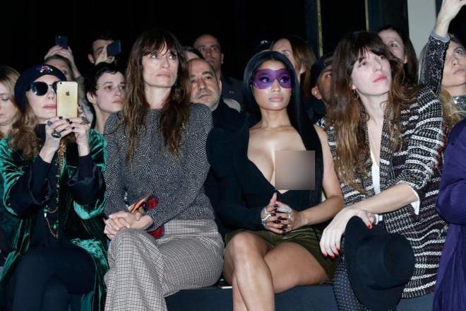 Nicki Minaj vẫn mê khủng bố thị giác bằng vòng 1 khổng lồ trên ghế đầu mọi fashion show - ảnh 10