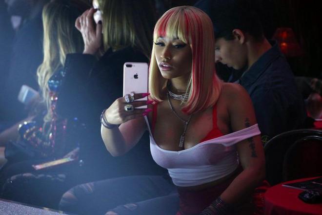 Nicki Minaj vẫn mê khủng bố thị giác bằng vòng 1 khổng lồ trên ghế đầu mọi fashion show - ảnh 15
