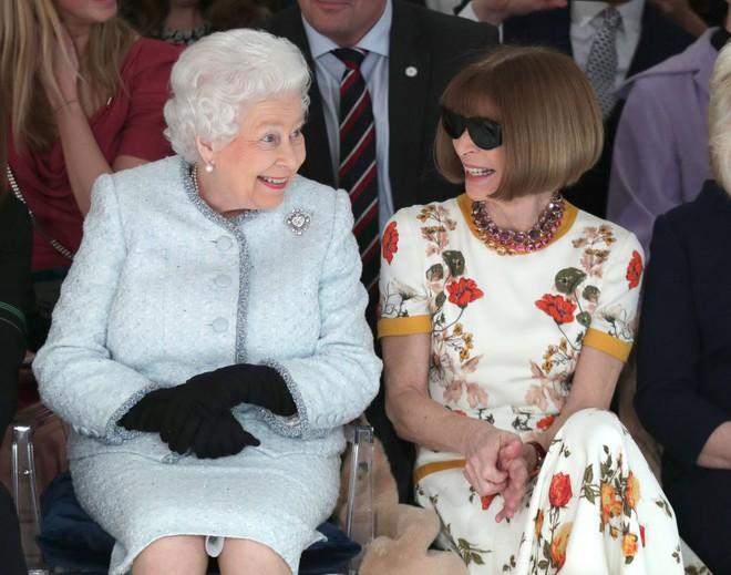 Chỉ mặc đúng một kiểu suốt mấy chục năm, Nữ hoàng Anh vẫn được nhận xét là có style xuất sắc hơn hẳn Công nương Meghan - ảnh 4