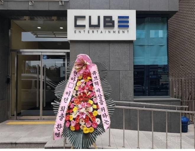 """Antifan nhà CUBE gửi hẳn vòng hoa đến trước cửa công ty kèm 2 dòng nhắn """"chúc mừng"""" đầy thâm thuý - ảnh 1"""