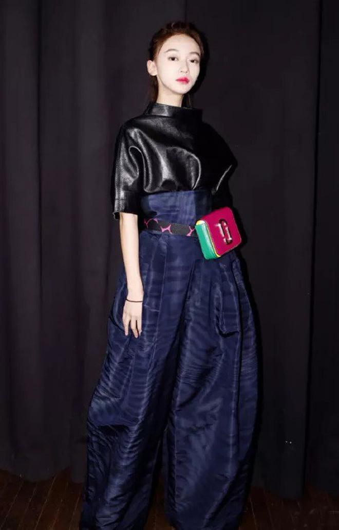 """Ngô Cẩn Ngôn tại New York Fashion Week: Là thiếu khí chất đến mờ nhạt hay """"thiên nga đen"""" sang chảnhZZZ - ảnh 11"""