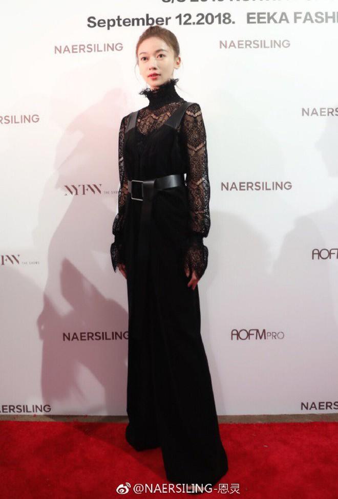 """Ngô Cẩn Ngôn tại New York Fashion Week: Là thiếu khí chất đến mờ nhạt hay """"thiên nga đen"""" sang chảnhZZZ - ảnh 15"""
