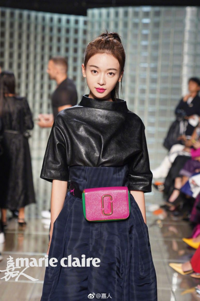 """Ngô Cẩn Ngôn tại New York Fashion Week: Là thiếu khí chất đến mờ nhạt hay """"thiên nga đen"""" sang chảnhZZZ - ảnh 9"""