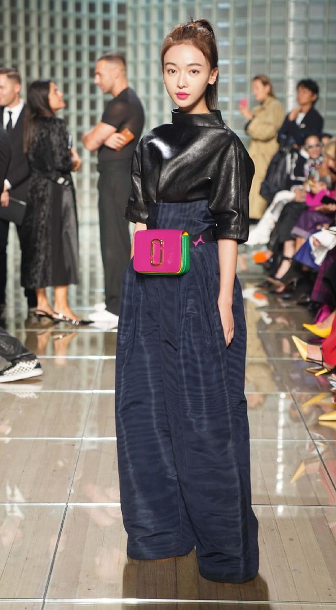 """Ngô Cẩn Ngôn tại New York Fashion Week: Là thiếu khí chất đến mờ nhạt hay """"thiên nga đen"""" sang chảnhZZZ - ảnh 10"""