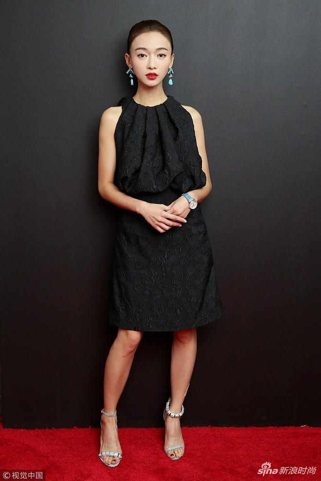 """Ngô Cẩn Ngôn tại New York Fashion Week: Là thiếu khí chất đến mờ nhạt hay """"thiên nga đen"""" sang chảnhZZZ - ảnh 3"""
