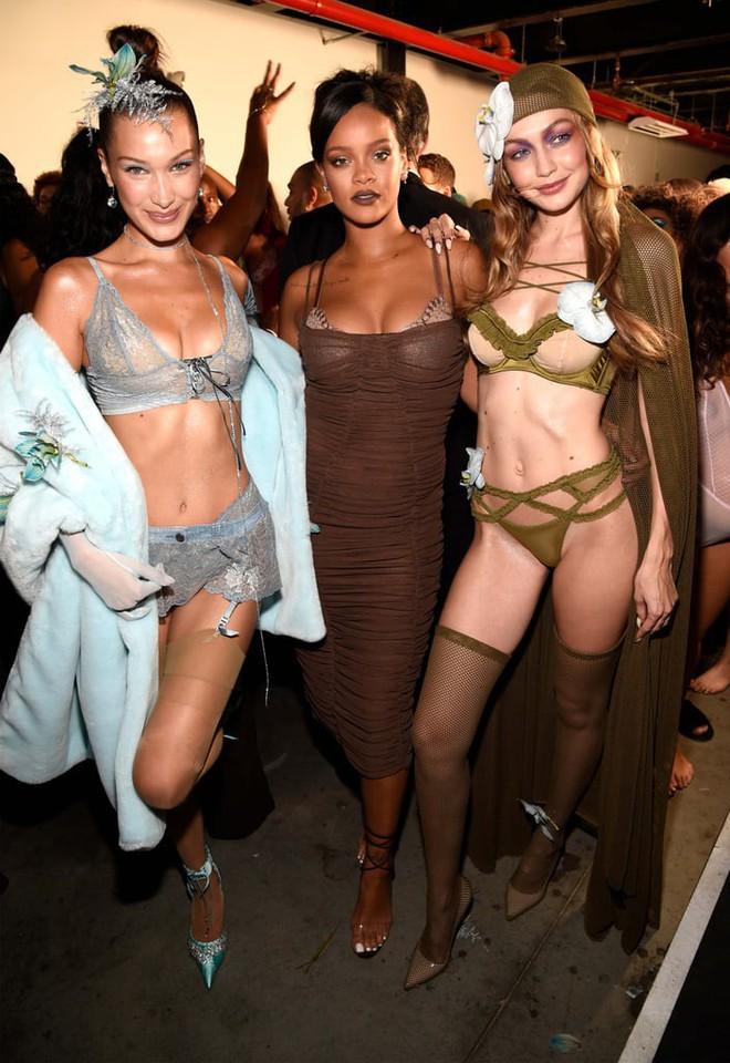 Câu hỏi: Show diễn nội y đầu tiên của Rihanna có gì đáng gờm mà để Marc Jacobs phải ra tay chèn épZZZ - ảnh 1