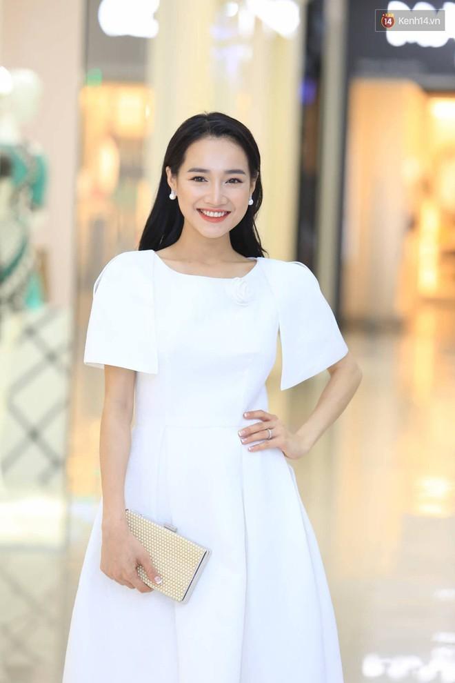 Nhã Phương chọn váy trắng tinh khôi, trang điểm dịu dàng đi sự kiện nhưng có một điểm khiến người ta phải quan ngại hơn nhiều - Ảnh 3.