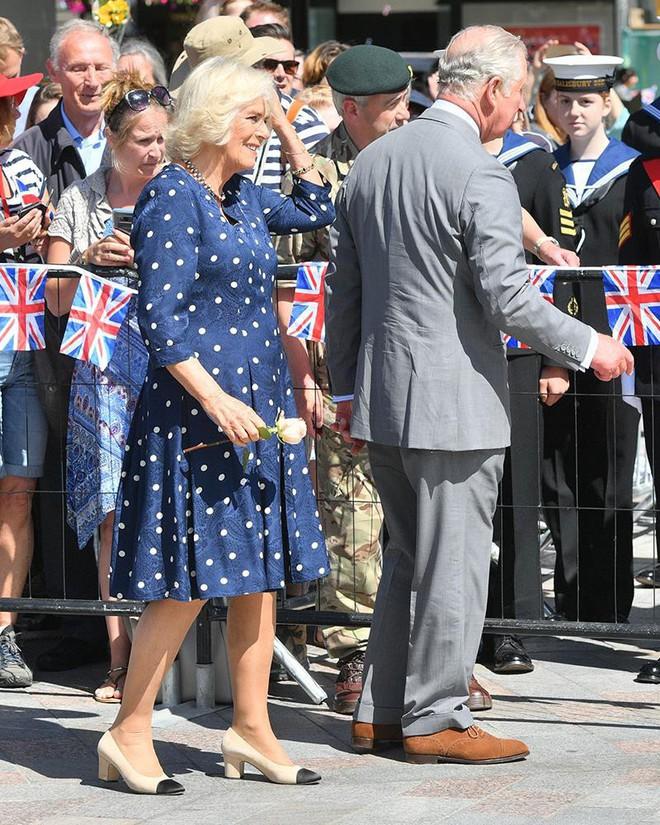 """Rất chăm diện mẫu giày mà Công nương Diana từng đoạn tuyệt, bà Camilla có lẽ là nữ tình địch """"chẳng phải dạng vừa"""" - Ảnh 1."""