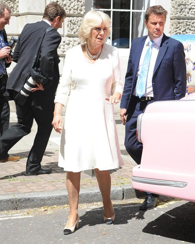 """Rất chăm diện mẫu giày mà Công nương Diana từng đoạn tuyệt, bà Camilla có lẽ là nữ tình địch """"chẳng phải dạng vừa"""" - ảnh 2"""