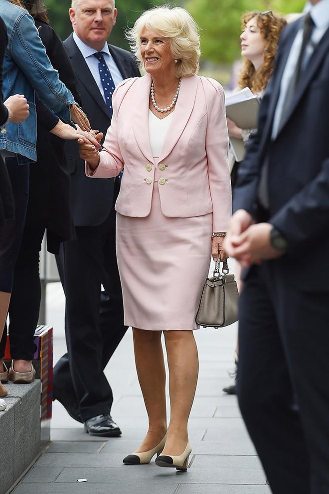 """Rất chăm diện mẫu giày mà Công nương Diana từng đoạn tuyệt, bà Camilla có lẽ là nữ tình địch """"chẳng phải dạng vừa"""" - ảnh 4"""