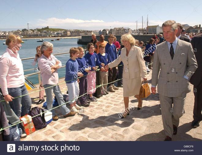 """Rất chăm diện mẫu giày mà Công nương Diana từng đoạn tuyệt, bà Camilla có lẽ là nữ tình địch """"chẳng phải dạng vừa"""" - Ảnh 5."""