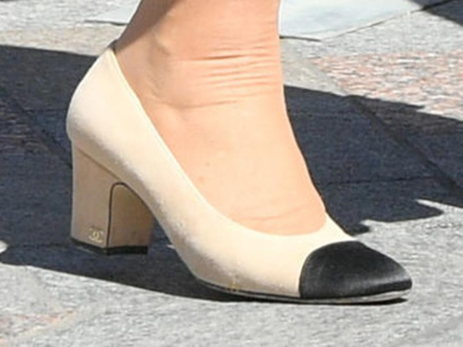 """Rất chăm diện mẫu giày mà Công nương Diana từng đoạn tuyệt, bà Camilla có lẽ là nữ tình địch """"chẳng phải dạng vừa"""" - ảnh 7"""