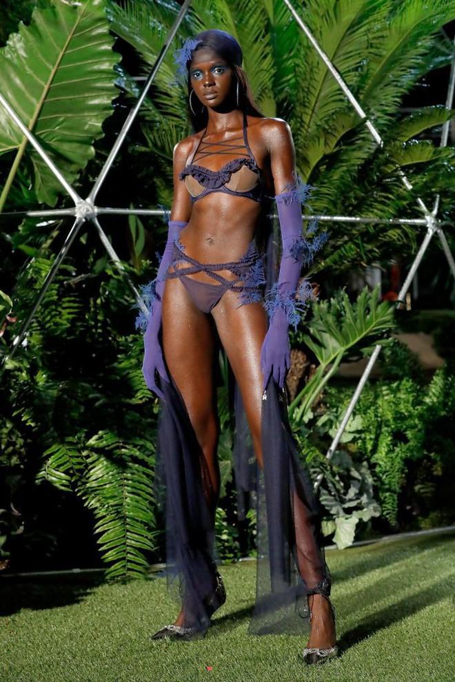 Câu hỏi: Show diễn nội y đầu tiên của Rihanna có gì đáng gờm mà để Marc Jacobs phải ra tay chèn épZZZ - ảnh 7