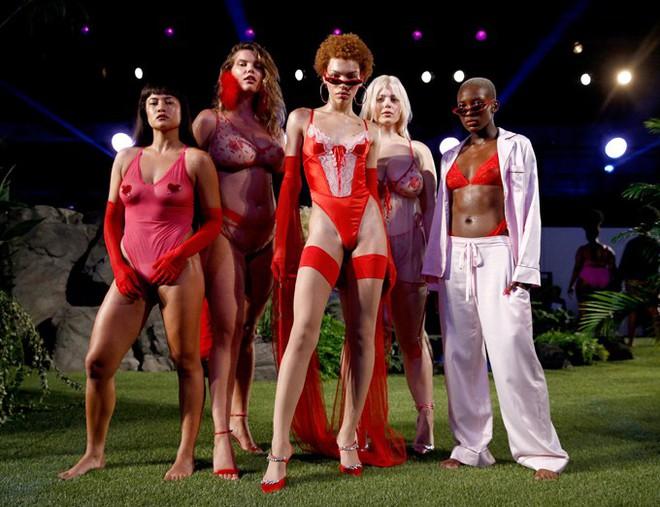 Câu hỏi: Show diễn nội y đầu tiên của Rihanna có gì đáng gờm mà để Marc Jacobs phải ra tay chèn épZZZ - ảnh 4