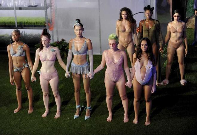 Câu hỏi: Show diễn nội y đầu tiên của Rihanna có gì đáng gờm mà để Marc Jacobs phải ra tay chèn épZZZ - ảnh 5