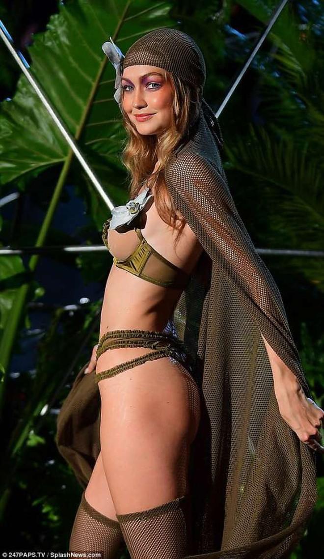 Câu hỏi: Show diễn nội y đầu tiên của Rihanna có gì đáng gờm mà để Marc Jacobs phải ra tay chèn épZZZ - ảnh 10