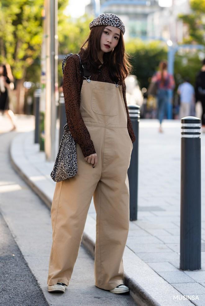 Street style tuần qua của giới trẻ Hàn chứng minh mùa thu cứ diện đồ basic, khỏe khoắn là nổi bật nhất - ảnh 2