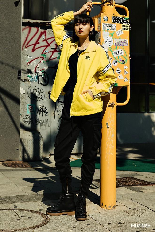 Street style tuần qua của giới trẻ Hàn chứng minh mùa thu cứ diện đồ basic, khỏe khoắn là nổi bật nhất - ảnh 7