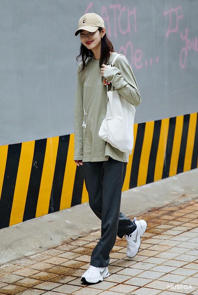 Street style tuần qua của giới trẻ Hàn chứng minh mùa thu cứ diện đồ basic, khỏe khoắn là nổi bật nhất - ảnh 1