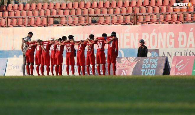Văn Lâm và các đồng đội cúi đầu tri ân cổ động viên đặc biệt của Hải Phòng FC - ảnh 1