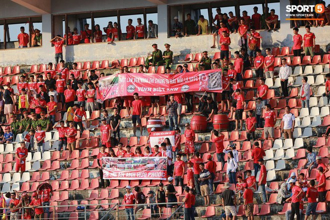 Văn Lâm và các đồng đội cúi đầu tri ân cổ động viên đặc biệt của Hải Phòng FC - ảnh 2