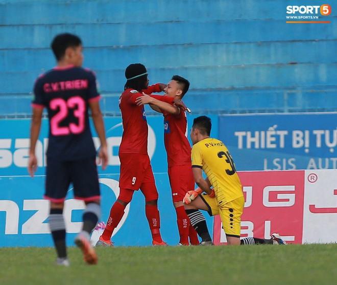 Văn Lâm và các đồng đội cúi đầu tri ân cổ động viên đặc biệt của Hải Phòng FC - ảnh 4