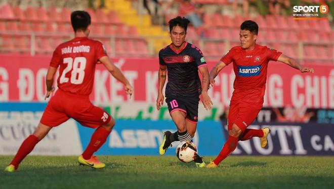 Văn Lâm và các đồng đội cúi đầu tri ân cổ động viên đặc biệt của Hải Phòng FC - ảnh 5