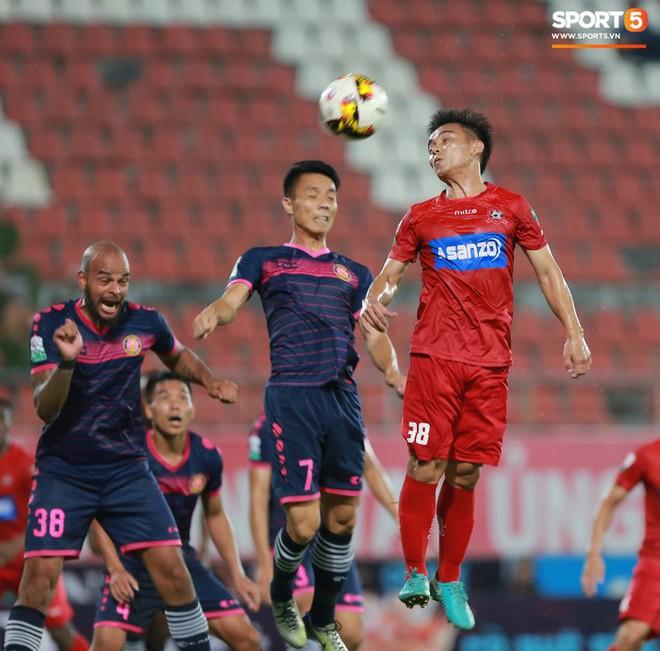Văn Lâm và các đồng đội cúi đầu tri ân cổ động viên đặc biệt của Hải Phòng FC - ảnh 7