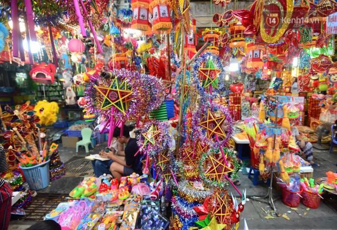Ảnh: Chợ Trung thu truyền thống Hà Nội đông đúc ngày cuối tuần - ảnh 8