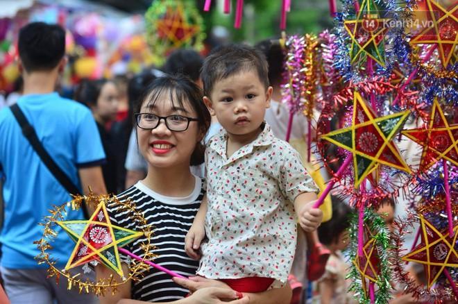 Ảnh: Chợ Trung thu truyền thống Hà Nội đông đúc ngày cuối tuần - ảnh 3
