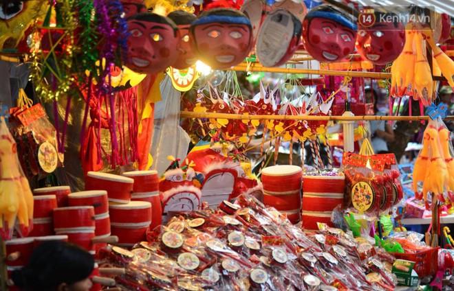 Ảnh: Chợ Trung thu truyền thống Hà Nội đông đúc ngày cuối tuần - ảnh 9