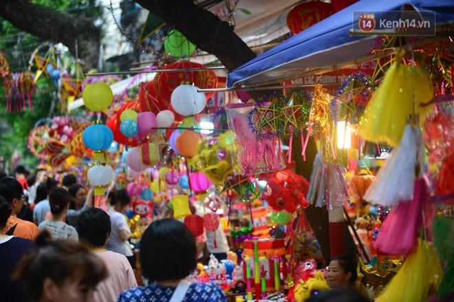 Ảnh: Chợ Trung thu truyền thống Hà Nội đông đúc ngày cuối tuần - ảnh 6