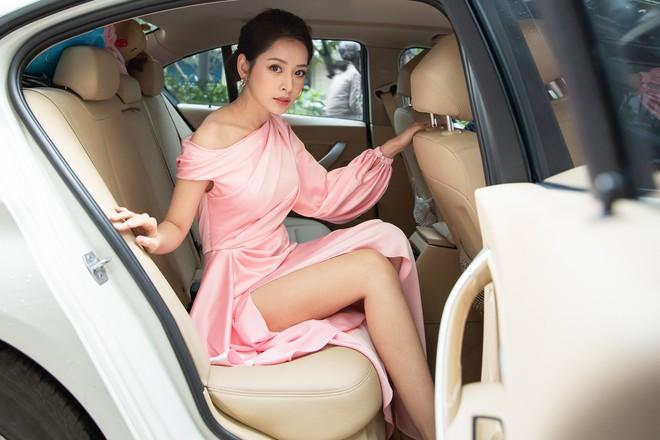 Chi Pu diện váy xẻ cao khoe chân thon cùng nhan sắc mong manh tại sự kiện - ảnh 1
