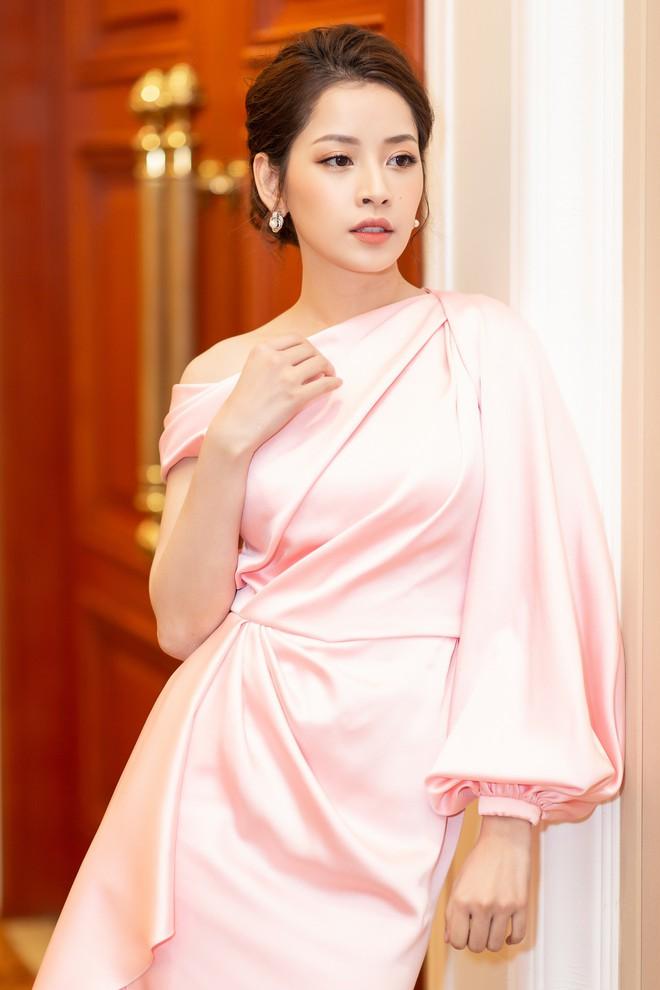 Chi Pu diện váy xẻ cao khoe chân thon cùng nhan sắc mong manh tại sự kiện - ảnh 5