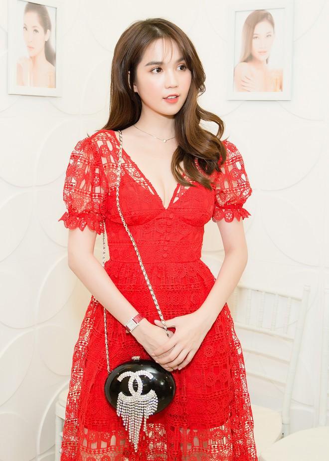 Ngọc Trinh rạng rỡ, Trương Mỹ Nhân khoe chân dài khi cùng diện đầm đỏ nổi bật dự sự kiện - ảnh 3