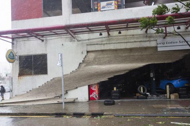 Video: Tòa nhà ở Hong Kong đung đưa, kính vỡ tung tóe trong bão MANGKHUT - ảnh 1